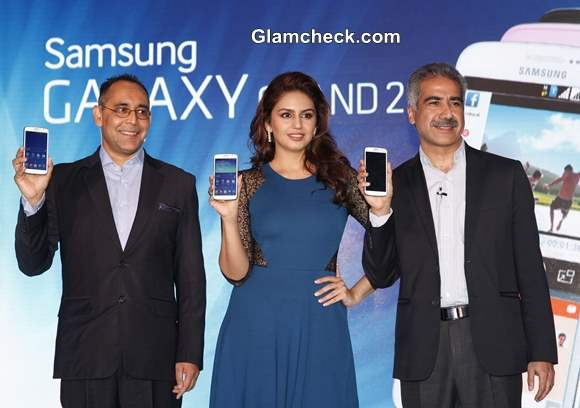 Huma Qureshi Launches Samsung GALAXY Grand 2 in Mumbai