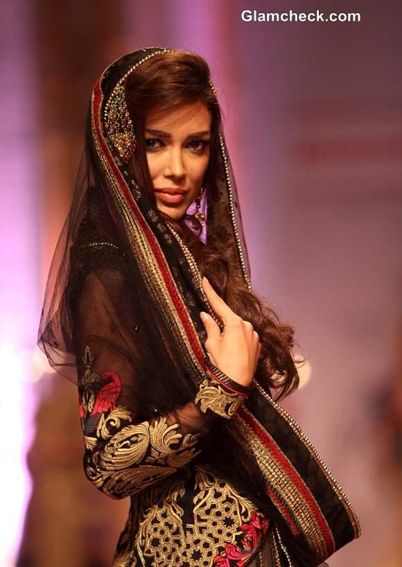 Sahar Biniaz for Mandira Wirk at IBFW 2013 Mumbai
