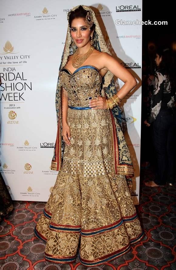 Sophie Choudry in Lehenga for Mandira Wirk IBFW 2013