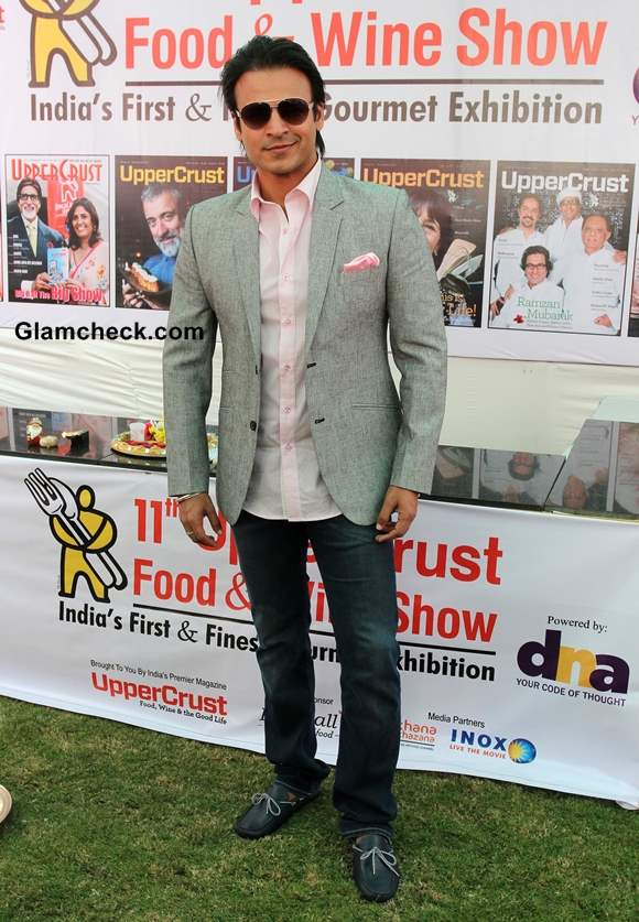 Vivek Oberoi Semi-formal look in Pink shirt