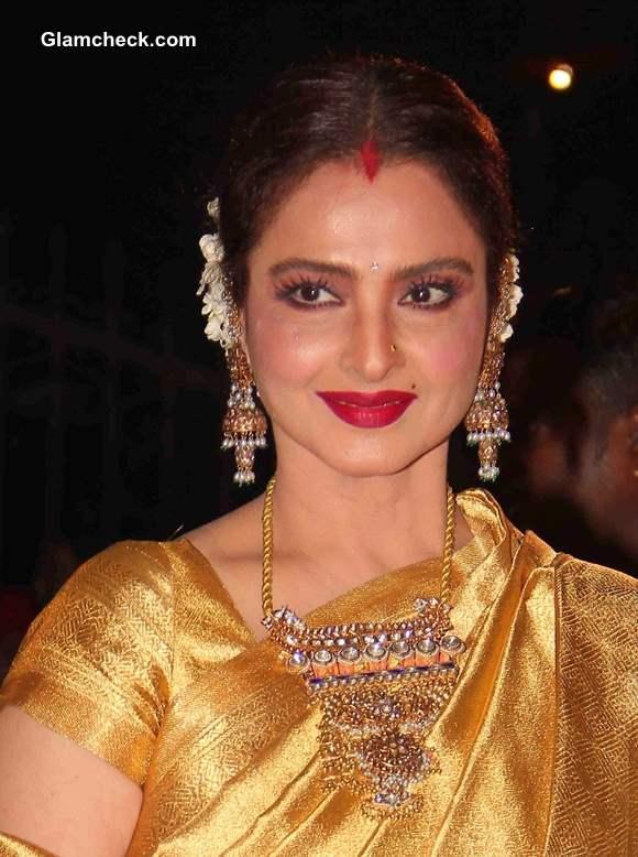 Rekha 2014 in Sari at 59th Filmfare Awards