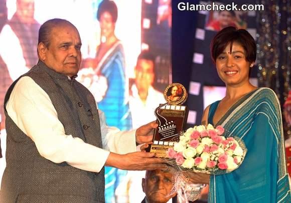 Sunidhi Chauhan receives the Best Singer award