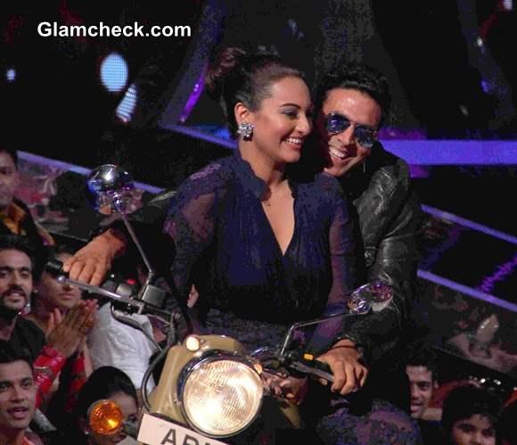 Akshay Kumar and Sonakshi Sinha on Jhalak Dikhlaa Jaa 7