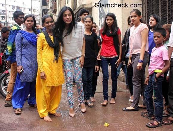 Amrita Rao Visits NGO Kids in Mumbai 2014