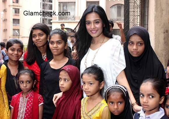 Amrita Rao Visits NGO Kids in Mumbai