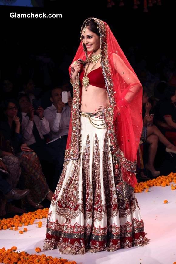 IIJW 2014 Pooja Chopra Walks the Ramp for Swarovski