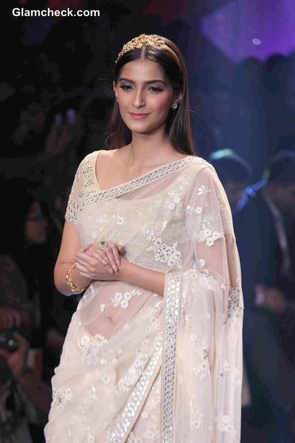 IIJW 2014 Sonam Kapoor in Sari