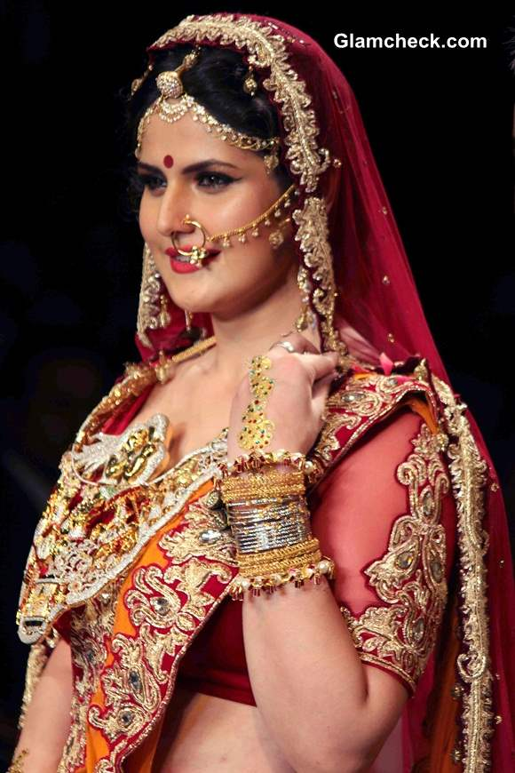 Zarine Khan Show Stopper For Swarovski At Iijw 2014