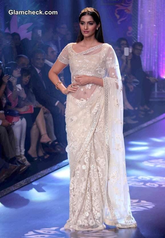 Sonam Kapoor in Neeta Lulla Sari at IIJW 2014