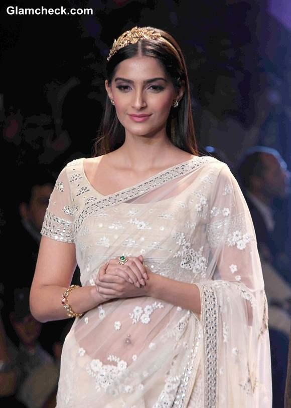 Sonam Kapoor in Sari at IIJW 2014