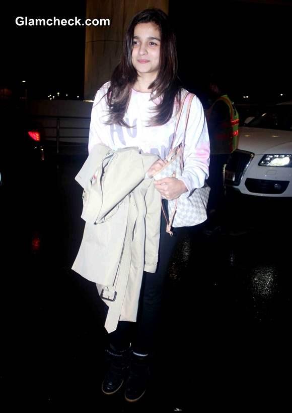 Celeb Spotting - Alia Bhatt at Mumbai Airport