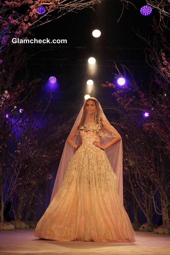 Esha Gupta 2014 India Bridal Fashion Week