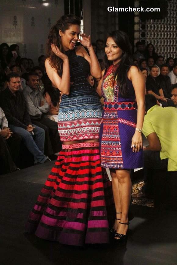 Esha Gupta for Neha Agarwal at LFW Winter-Festive 2014 pics