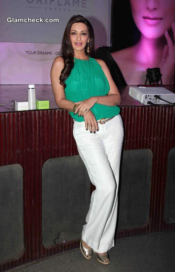 Green and White color blocking Sonali Bendre