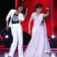 Madhuri Dixit and Priyanka Chopra Boogie on Jhalak Dikhlaa Jaa 7