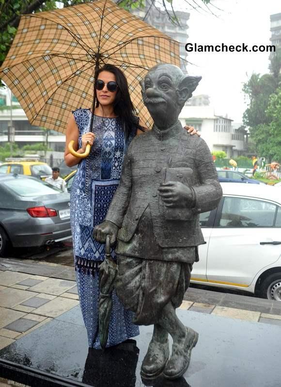 Cast of Ekkess Toppon Ki Salaami with RK Laxmans Common Man Statue