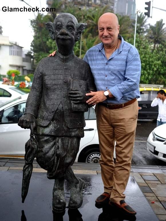 Casts of Ekkess Toppon Ki Salaami with RK Laxmans Common Man Statue