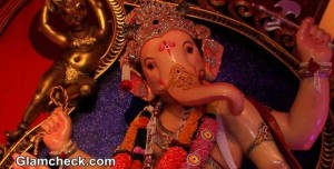Shamita Shetty Offers Prayers at  Chinchpokli cha Raja 2014