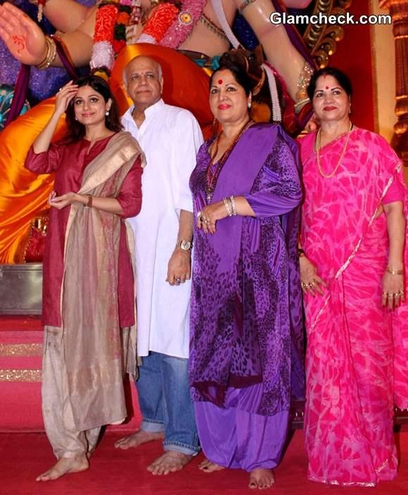Shamita Shetty with Parents at Chinchpokli cha Raja 2014