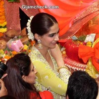 Sonam Kapoor offers prayer at Lalbaugcha Raja 2014