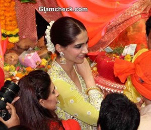 Lalbaugcha Raja 2014 – Anil Kapoor and Sonam Kapoor offer prayers