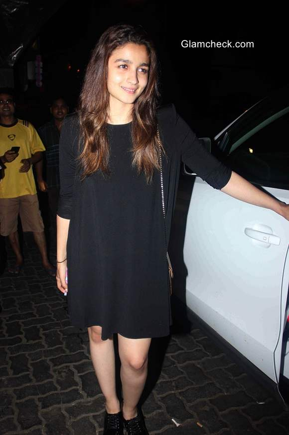 Alia Bhatt spotted without Makeup at a restaurant