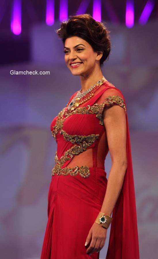 Sushmita Sen walks for Sonakshi Raaj Riddhi Jewellers at 2014 IBJA