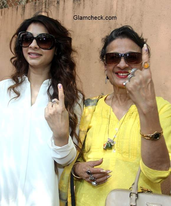 Tanishaa Mukherjee and her mother Tanuja after casting their vote in the Assembly elections for Maharashtra state
