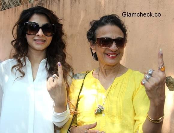 Tanishaa Mukherjee and her mother Tanuja