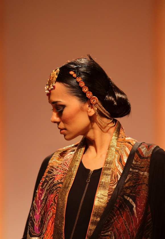 Maang Tika and Haath Phool Head Jewelry Azva gold IBFW