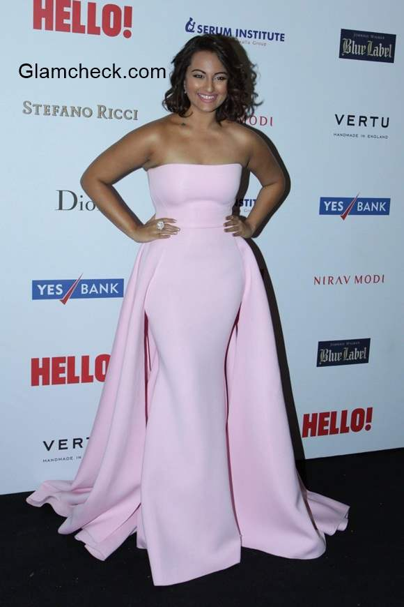 Sonakshi flaunts curves in Gauri Nainika gown at the Hello Hall of Fame Awards 2014