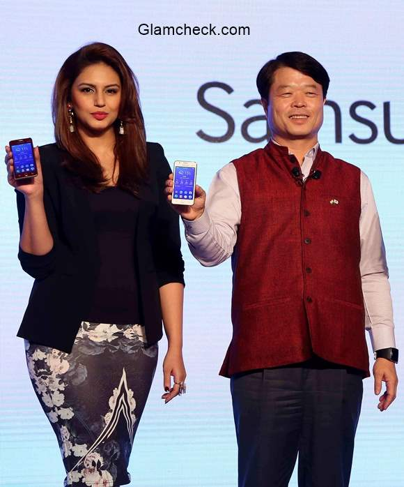 Huma Qureshi launches the Samsung Z1 smartphones in India