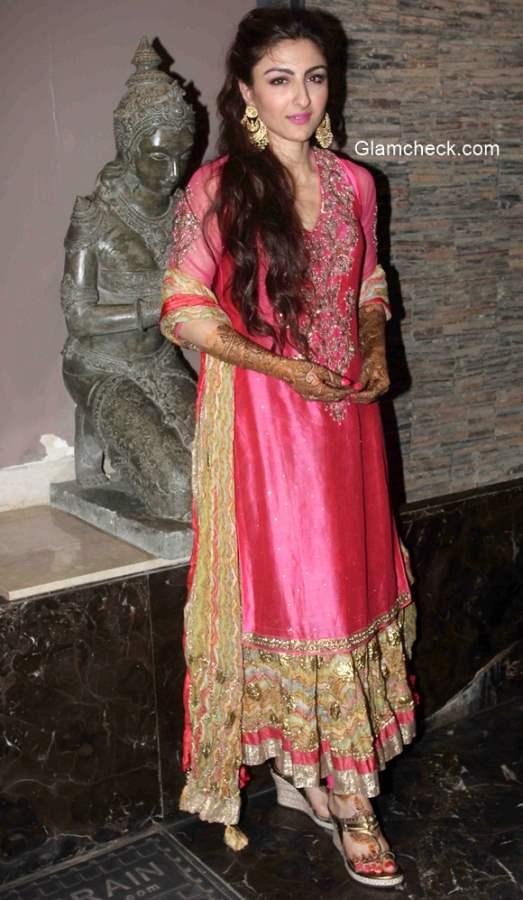 Soha Ali Khan in Ritu Kumar at her mehendi ceremony