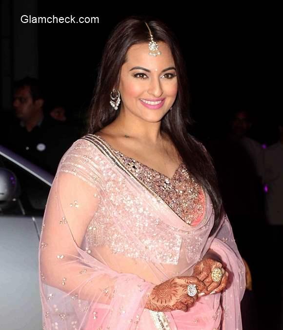 Sonakshi Sinha in Pink Lehnaga at brother Luv Sinha wedding reception