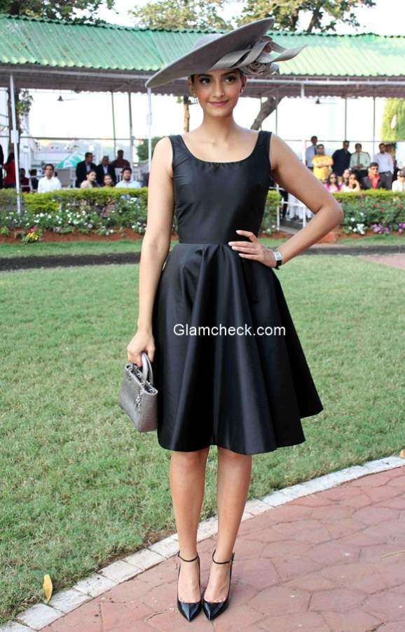 Sonam Kapoor in Black Dress at annual Mid-Day Trophy 2015