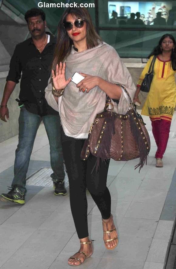 Celeb spotted - Bipasha Basu at Mumbai Airport