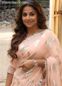 Vidya Balan on the sets of 'Itna Karo Na Mujhe Pyar' with Pallavi Kulkarni