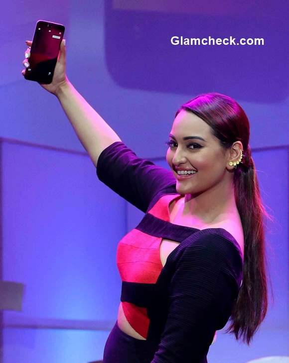 Sonakshi Sinha launches the latest ASUS ZenFone 2 Deluxe
