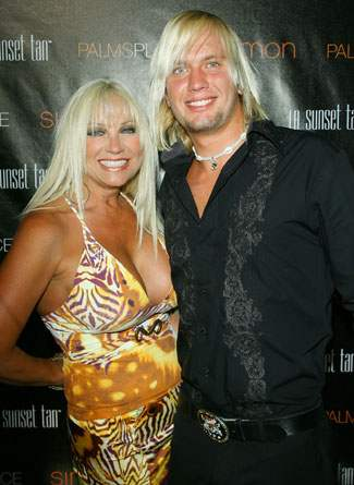 linda hogan and charlie hill kiss. Charlie Hill linda hogan
