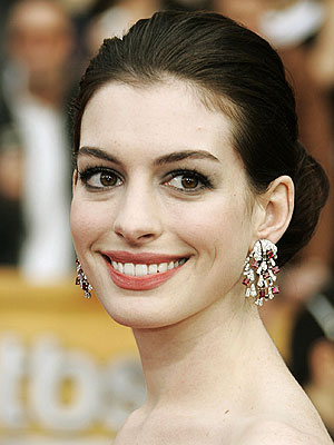 Anne Hathaway to co-host the Oscars with James Franco