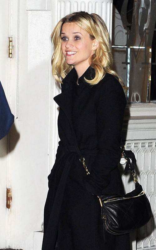 Reese Witherspoon indulges in retail therapy