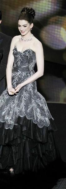 Anne-Hathaway-Vivienne-Westwood-2011-oscar-on-stage-dress
