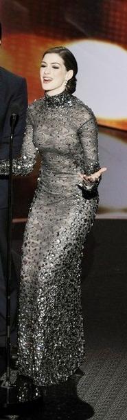 Anne-HathawayTom-Ford-2011-oscar-on-stage-dress.