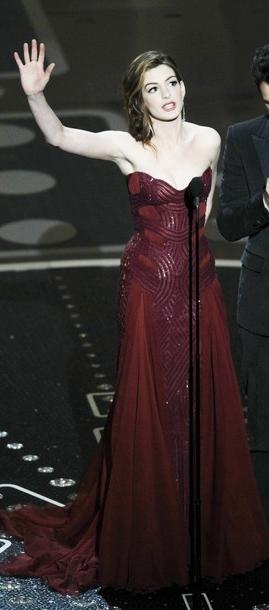 Anne-hathaway-Atelier-Versace-2011-oscar-on-stage-dress