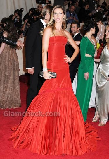 Giselle-Bundchen-red-McQueen-gown-met-gala-event