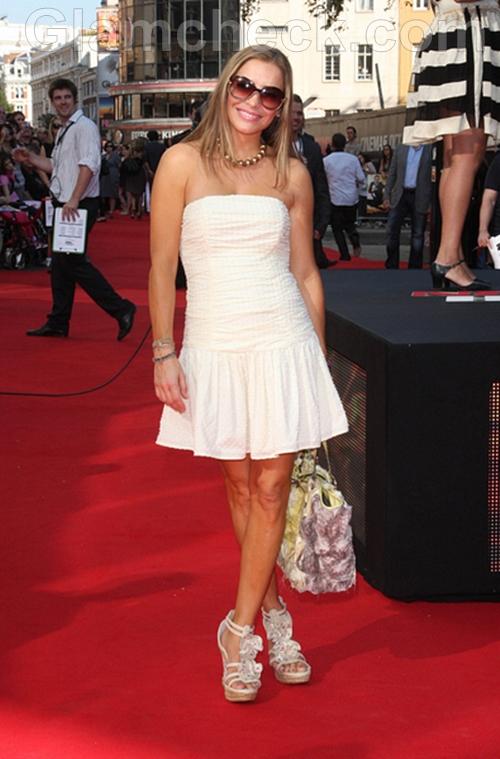 Elen-Rivas-White-dress-Premiere-Johnny-English-Reborn