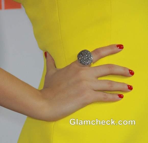 Victoria Justice rings manicure