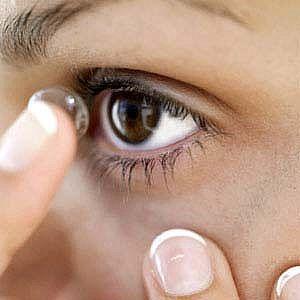 Wearing contact lens