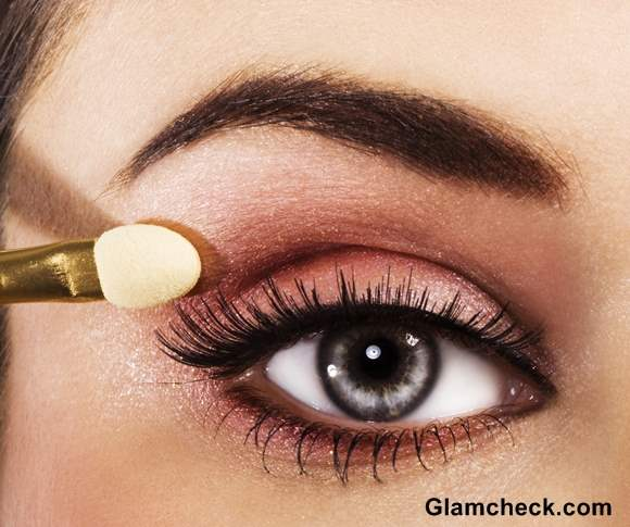 Tips applying eye makeup with contact lenses