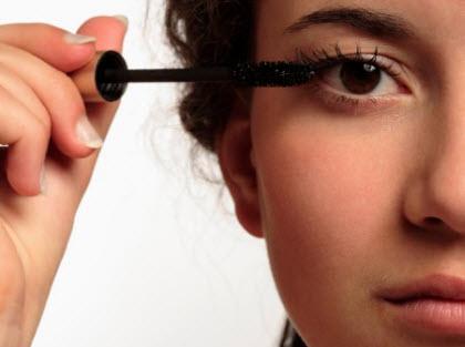woman-applying-mascara